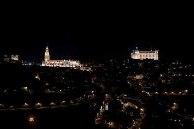 Панорамный вид на город толедо с подсветкой в ночное время.