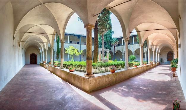 イタリア、トスカーナ州サンジミニャーノの中世の町にあるサンタゴスティーノ教会の回廊のパノラマビュー