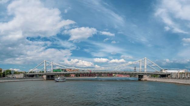 Панорамный вид на крымский мост через москву-реку. прекрасный панорамный вид на москву. белый корабль на москве-реке.