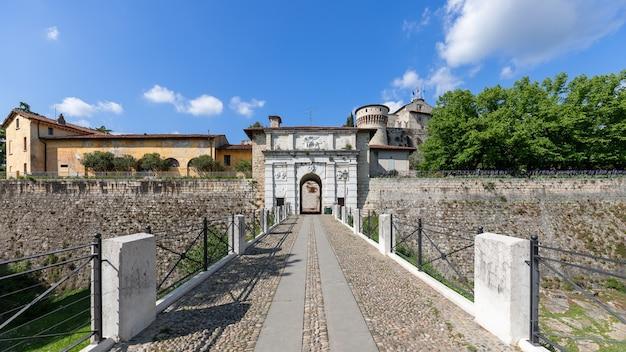 브레시아 도시의 역사적인 성 정문의 전체 건축 앙상블의 전경