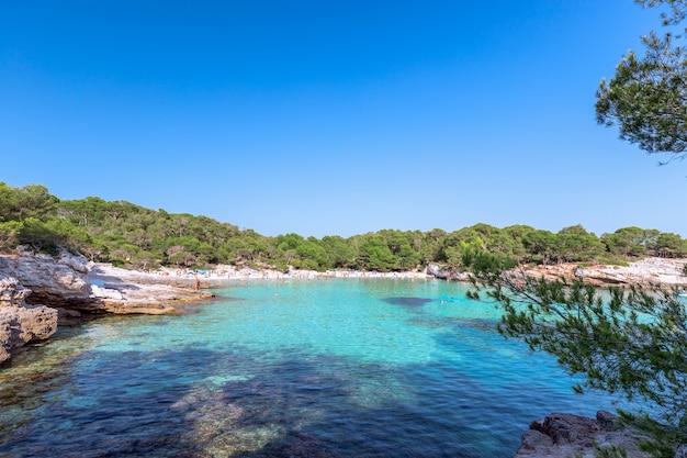 Панорамный вид на знаменитый пляж cala turqueta. менорка, балеарские острова, испания