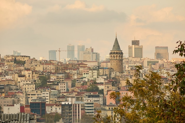Панорамный вид на галатскую башню и город стамбул с высоты, турция