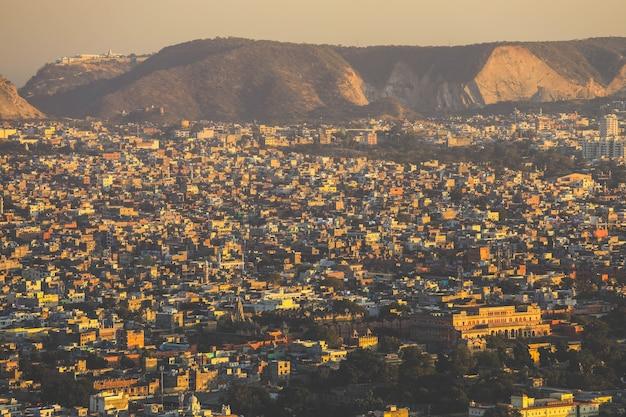 インド、ラジャスタン州で最も重要な都市の1つであるジャイサルメールの黄金都市のパノラマビュー