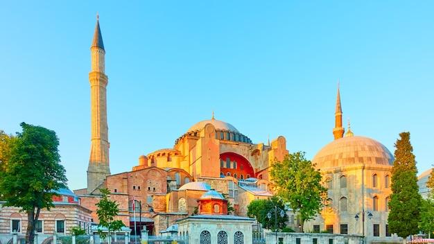 Панорамный вид на мечеть святой софии в стамбуле вечером, турция