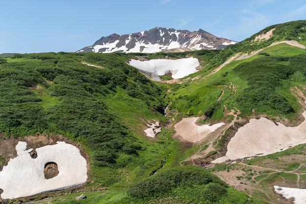 Панорамный вид на холмы и вулканы полуострова камчатка, россия.