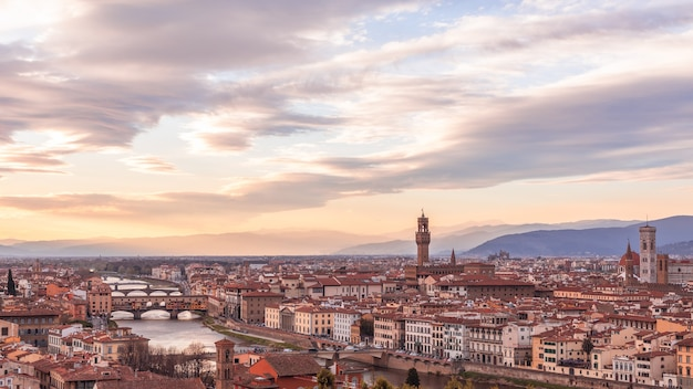 일몰시 피렌체의 역사적인 중심지의 전경. 투스카니, 이탈리아