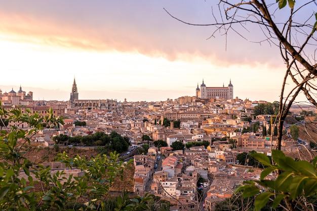 Панорамный вид на исторический город толедо в пасмурный день
