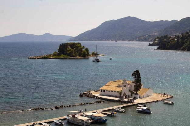 Панорамный вид на острова и море в солнечный день. корфу. греция.