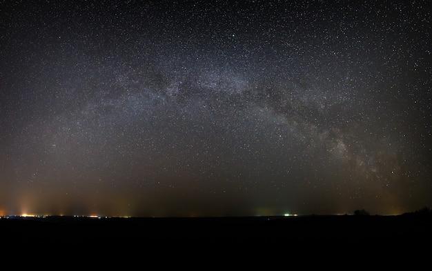 明るい星と夜空の天の川銀河のパノラマビュー