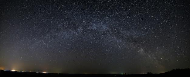 明るい星と夜空の天の川銀河のパノラマビュー。