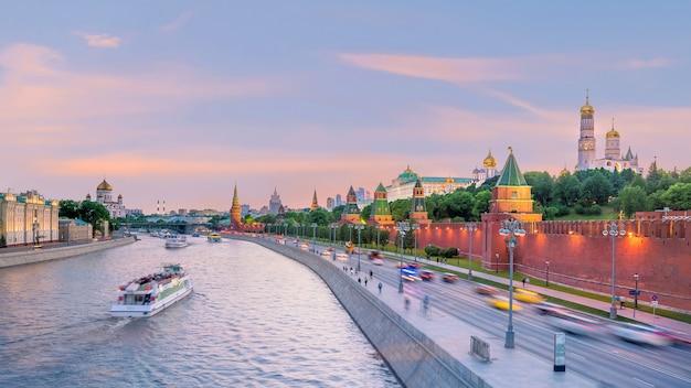 Панорамный вид на москву-реку и кремлевский дворец в россии на закате