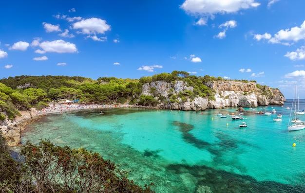 Панорамный вид на самый красивый пляж cala macarella острова менорка, балеарские острова, испания