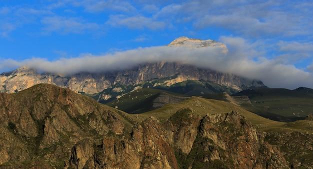ロシアの北コーカサスの山脈のパノラマビュー。