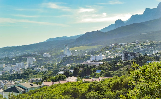 クリミア半島の南海岸、ホテルや建物のある山の斜面のパノラマビュー。