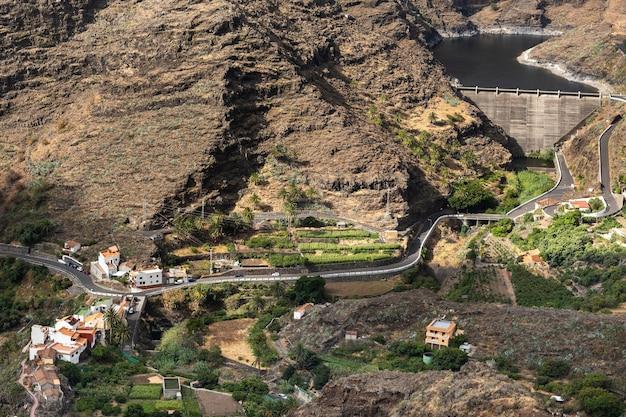 스페인 카나리아 제도 라 고메라 섬에 있는 산과 댐의 탁 트인 전망