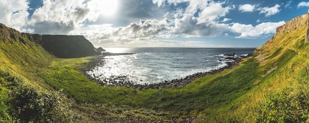 Панорамный вид на береговую линию северной ирландии, захватывающий дух ирландский пейзаж зеленая трава