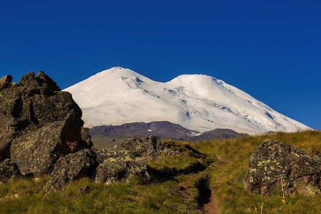 ロシアのコーカサス山脈のエルブルス山の北斜面のパノラマビュー。成層火山の雪に覆われた山頂。
