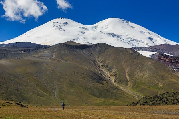 Панорамный вид на северный склон горы эльбрус кавказских гор в россии. заснеженные вершины стратовулкана.