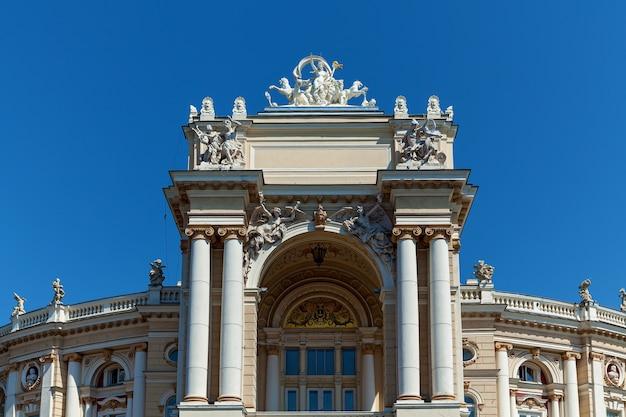 Панорамный вид на старейший театр одессы с красиво оформленными элементами.