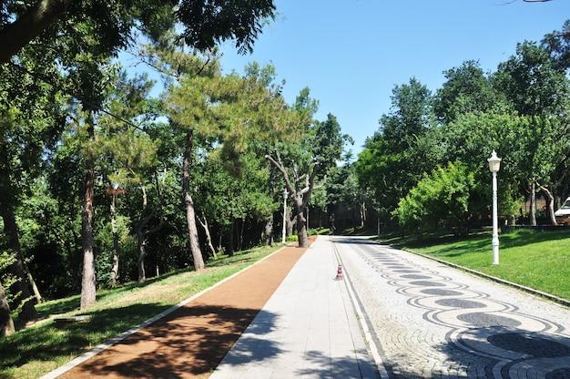 이스탄불 공원의 탁 트인 전망. 공원의 아름다운 모자이크 도로.