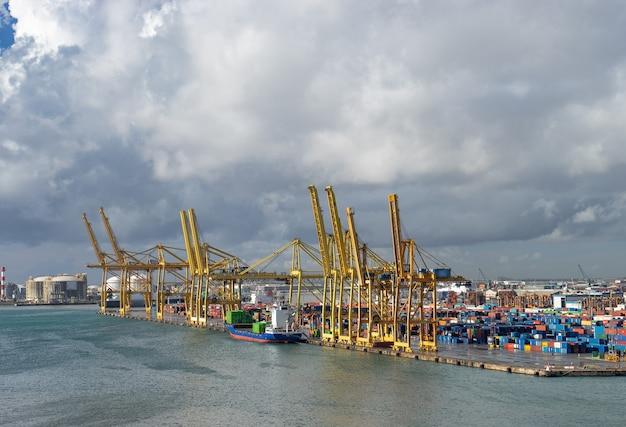 바르셀로나에있는 항구의 전경. 유럽에서 가장 바쁜 컨테이너 항구 중 하나입니다.