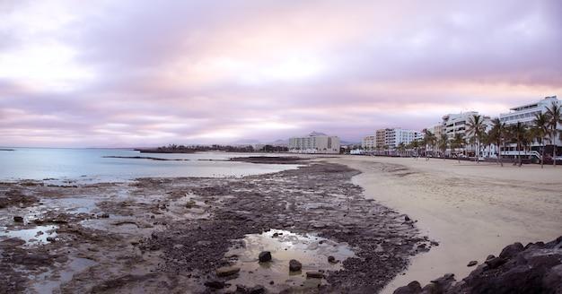 Панорамный вид на пляж редукто в арресифе