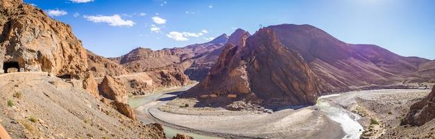 Панорамный вид на излучину реки в горах среднего атласа в марокко