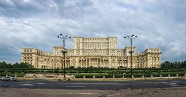 우울한 여름 아침에 부카레스트에서 루마니아 의회의 전경