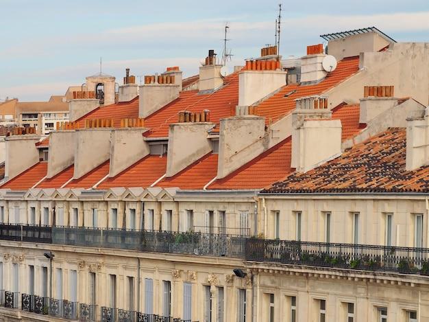 일몰 동안 마르세유 프랑스의 지붕과 굴뚝의 전경