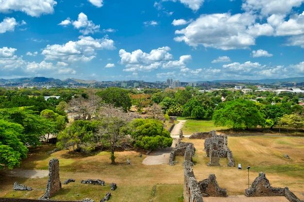 Панорамный вид на руины старой панамы