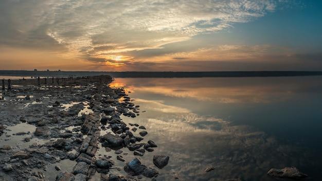 Панорамный вид на соленое озеро на закате