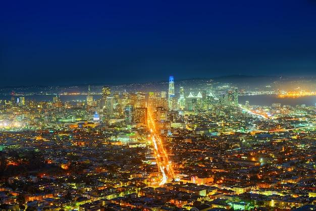 夜のツインピークスの丘からのサンフランシスコの街のパノラマビュー。