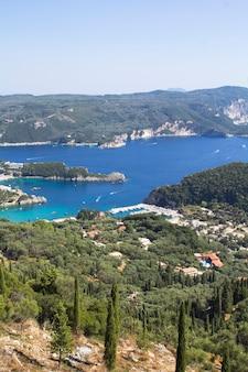 Панорамный вид на море и побережье в солнечный день. корфу. греция.