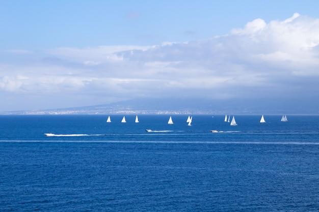 Панорамный вид на море, белые яхты и парусники