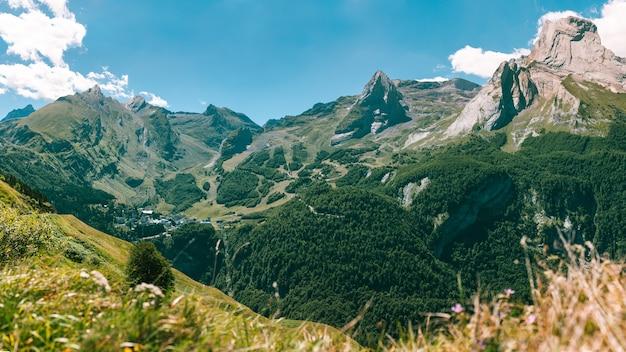 フランスのピレネー山脈にある、ヴェレノのグレットのスキー リゾートの全景。