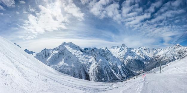 Панорамный вид на горнолыжный склон с горами