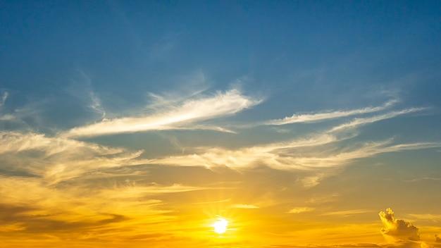 輝く日の出と雲、自然の壁紙と空のパノラマビュー