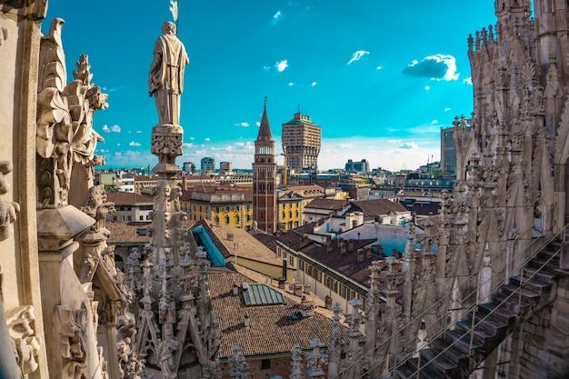 이탈리아 밀라노 대성당의 테라스에서 본 도시의 스카이 라인의 전경