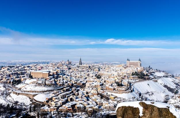 Панорамный вид на заснеженный город толедо. вид с точки зрения долины