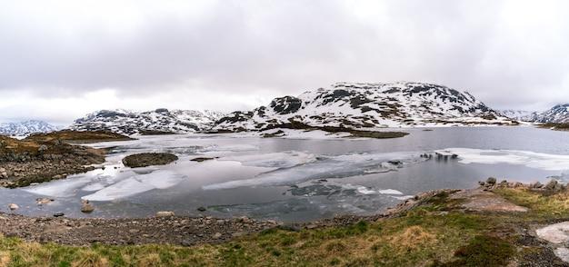 雪に覆われたノルウェーの風景のパノラマビュー