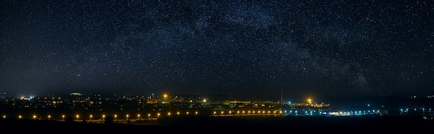 Панорамный вид на звездное ночное небо над городом