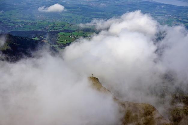 スイス、ルツェルンのピラトゥス山からのスイスアルプスのパノラマビュー。