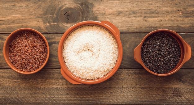나무 테이블에 세 가지 다른 유기농 밥 그릇의 전경