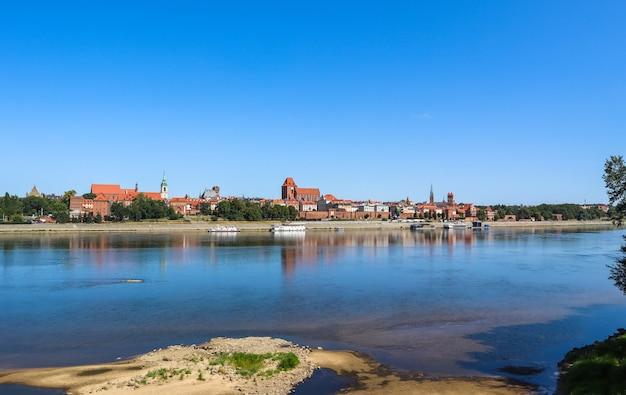 晴れた日のポーランドの夏のトルン市とヴィスワヴィスワ川のパノラマビュー