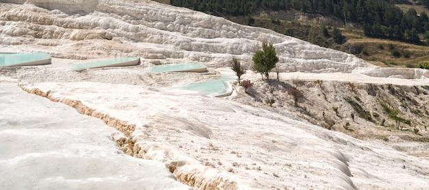 터키 파묵칼레의 푸른 물이 있는 석회화의 탁 트인 전망