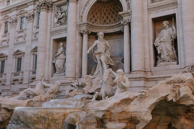이탈리아 로마 트레비 지구에 있는 트레비 분수의 탁 트인 전망. 이탈리아 건축가 nicola salvi가 설계하고 giuseppe pannini가 완성했습니다.