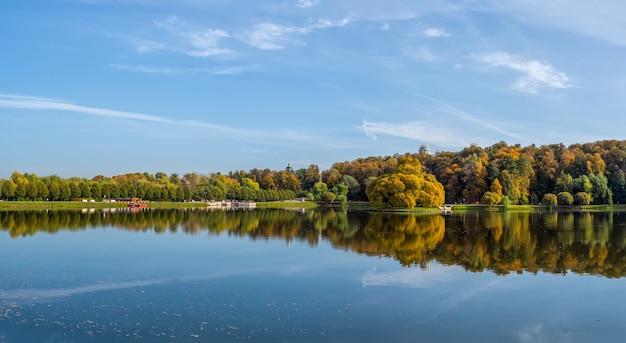 モスクワのツァリツィノ秋の公園のパノラマビュー。