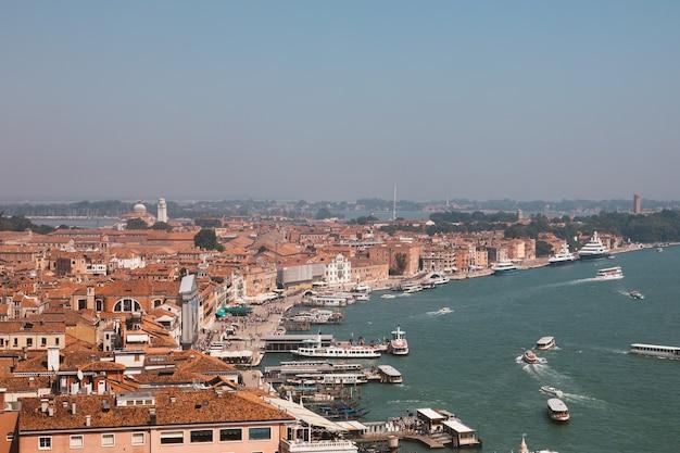 Панорамный вид на венецию с историческими зданиями и побережьем с колокольни сан-марко. пейзаж летнего дня и солнечного голубого неба