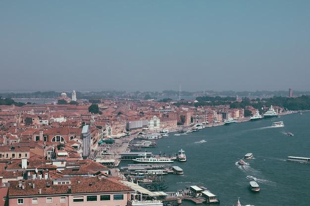 세인트 마크 종탑(st. mark's campanile)에서 유서 깊은 건물과 해안이 있는 베니스(venice) 도시의 탁 트인 전망. 여름날과 맑은 푸른 하늘의 풍경