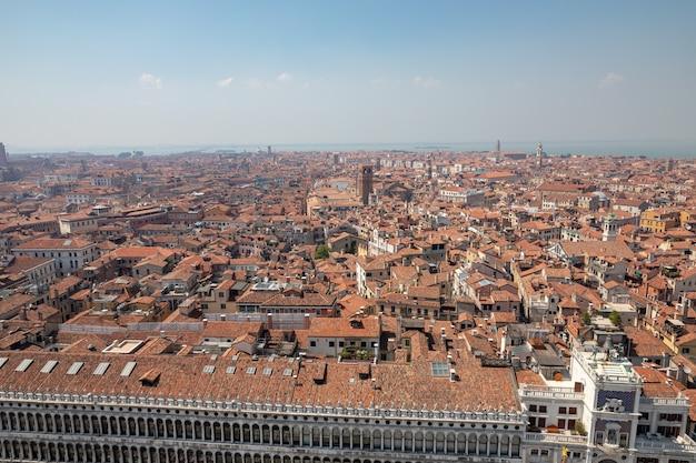 Панорамный вид на венецию с историческими зданиями с колокольни сан-марко. пейзаж летнего дня и солнечного голубого неба